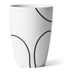 Menu A/S - Menu Menu Black Contour Thermo Cup - Here is a cup that combines well-thought-out Danish design with all the advantages of a thermo mug. The beautiful, hand-drawn motif emphasises the symbiosis of form between Japanese minimalism and cool Scandinavian calm.