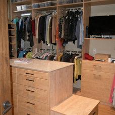 Contemporary Closet by Malka Sabroe-JoHanson