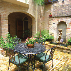 Courtyard evokes New Orleans in Hyde Park home