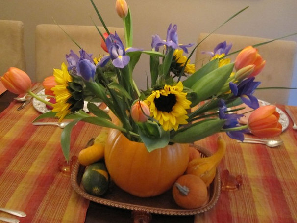 Using Vases to Convey Seasonal Styled Tabletop
