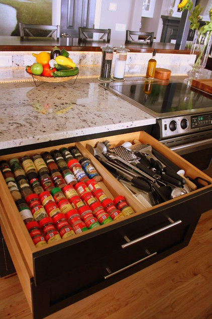 Transitional Kitchen by Distinctive Designs in Cabinetry, LLC