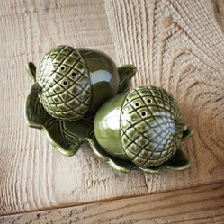 Acorn Salt and Pepper Shakers With Leaf Tray
