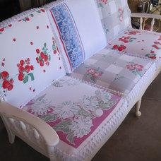 Boulder Dam Cottage: ..........vintage re-do 1940s ..........solid wood couch...