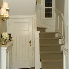 Traditional Staircase by Gillian Gillies Interiors (GGI)