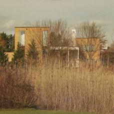 Contemporary Landscape by d'apostrophe design, inc.