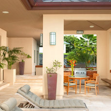 Tropical Patio by Peter Vincent Architects