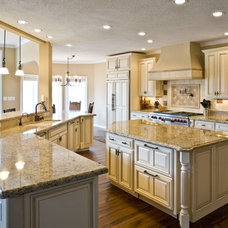 Traditional Kitchen by GRANDIOR KITCHEN & BATH
