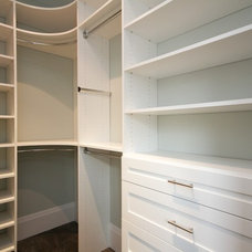 Traditional Closet by CLOSET ENVY INC.