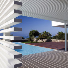 Modern Pool by dom arquitectura
