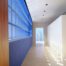 Modern Hall by RYAN ASSOCIATES GENERAL CONTRACTORS