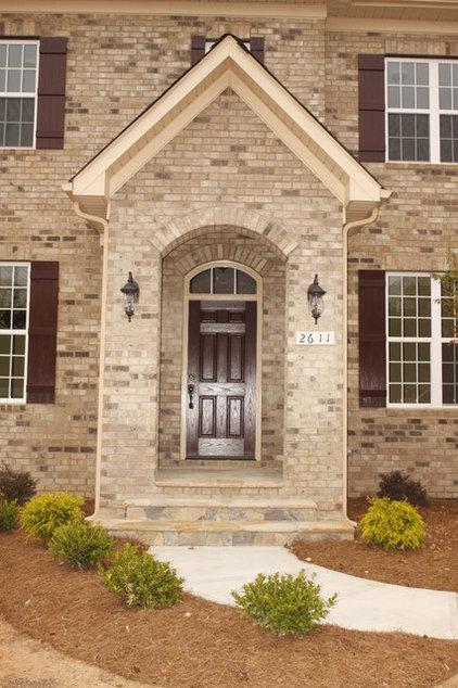 Traditional Entry by Grainda Builders, Inc.