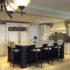Modern Kitchen by Old World Kitchens & Custom Cabinets