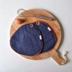Indigo Blue Denim Pot Holders by Red Stitch - I am head over heels for these denim pot holders with red stitching and leather accents. I think I will be replacing my worn-out pot holders very soon!