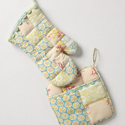 Sewing Basket Pot Holder - Potholders and oven mitts are one of those things that I'm constantly looking for - something different, unusal - not something that reminds me of a terry cloth tennis dress from the 70's. Love you Anthropologie for always bringing color, pattern and the feminine into items as utilitarian as an oven mitt!