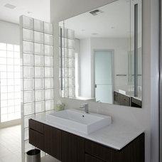 Modern Bathroom by Rick Ryniak Architects