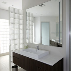 modern bathroom by Rick Ryniak Architects