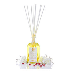 Pomegranate, Currant and Blood Orange Diffuser 250 ml. - More lively than a pure pomegranate but more indulgent than a pure orange, all sugared by the plump temptation of deep black currant, the complex and decadent fruit aromas of the Pomegranate, Currant, and Blood Orange Diffuser are utterly well-balanced. The golden oil in this vintage-inspired reed diffuser sparkles with lush, mature fruit fragrance a perfect companion to a sophisticated, richly-appointed room.