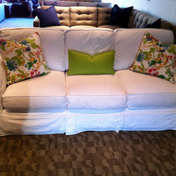 ROBIN STYLE - SLIPCOVERED CHABBY CHIC / POTTERY BARN LOOK - With classically designed roll arms, a palette of neutrals and supportive cushions, our