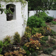 Traditional  by Plusen Landscape Architects