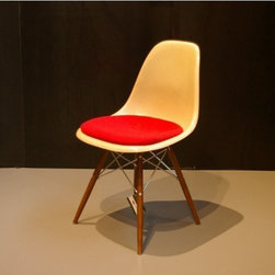 Charles & Ray Eames - Fiberglas Stuhl von Charles & Ray Eames für Herman Miller - White fiberglass chair designed by Charles and Ray Eames and manufactured by Herman Miller in the 1970s. This chair comes with a red seat cushion. Overall, the chair is in a good vintage condition.Seat height: 47 cm.