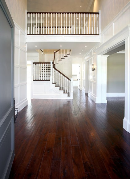 Traditional Entry by Markay Johnson Construction