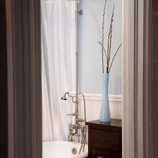 Bathroom by Architect Mason Kirby Inc.