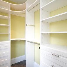 Traditional Closet by CLOSET ENVY INC.