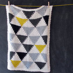 Knitted Triangle Pattern Baby Blanket by Yarning Made - I love the neutral colors in this knitted blanket.