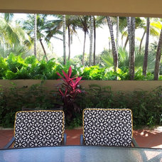Tropical Patio by MHG Greens&Gardens