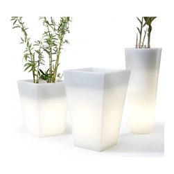 OFFI Hugo Pot - Let your garden glow with this lighted planters from Offi. They'll transform the nighttime mood of your deck, patio, balcony or garden.