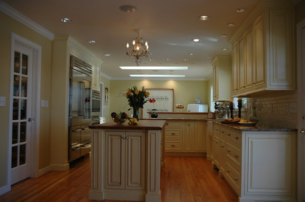 Traditional Kitchen by Kitchen Masters, Inc.