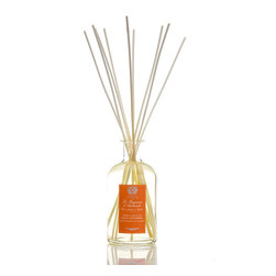 Orange Blossom, Lilac and Jasmine Diffuser 500 ml. - Luscious flowers with youthful, dreamy scents combine into a high-class, joyful perfumers' blend in the Orange Blossom, Lilac, and Jasmine Diffuser. Hints of citrus juices pleasingly complicate the soft aromas of the three eponymous spring and summer blooms, while just a touch of vanilla musk adds sensual sophistication and lets the scent linger in your consideration. A glass apothecary bottle offers the fragrance.