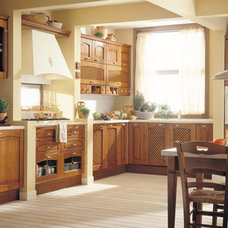 Traditional Kitchen by European Cabinets & Design Studios