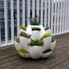 modern outdoor planters by designnight.com