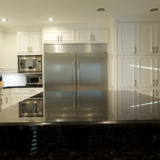 Traditional Kitchen by Royal Classic Kitchen (Mississauga)