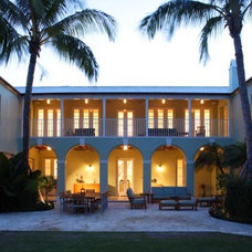 Tropical Patio by Searl Lamaster Howe Architects