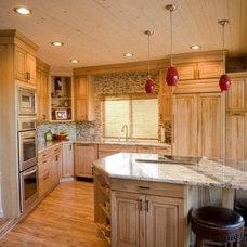 Kitchen by Lawrence  Adams Const. & Melindas Interior Designs