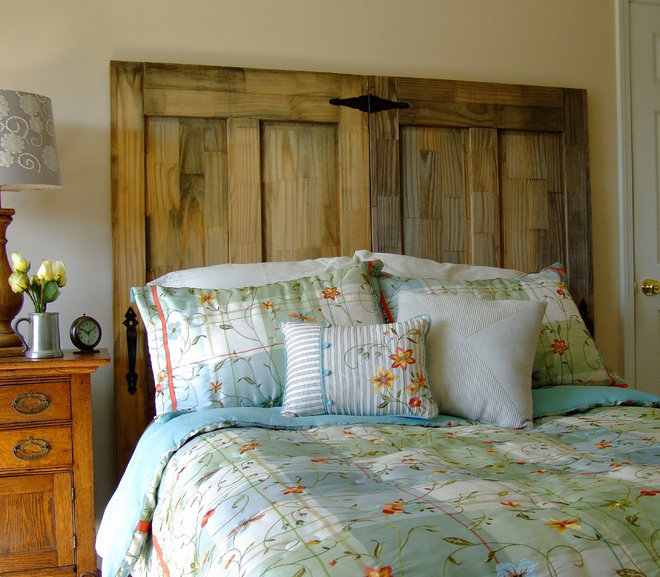Make your own rustic chic headboard from salvaged doors - Tete de lit porte ...