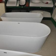 Modern Bathtubs by sarah