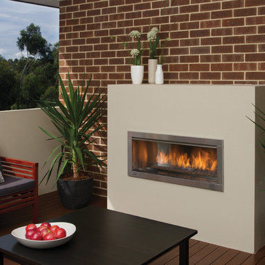 Regency Horizon HZO42 modern outdoor gas fireplace - This fireplace delivers beautiful wide angle flames amplified by a reflective stainless steel body with the choice of reflective crystals, volcanic stones or a ceramic drift wood log set.