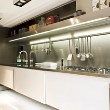 Arclinea kitchen with stainless steel worktop. By Arclinea
