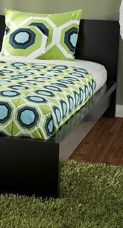 Rizzy Home - RizKidz 'Jake Green' 3-piece Twin-size Quilt Set - This colorful,stylized quilt set from RizKidz features a striking geometric pattern in lime green,ocean blue,midnight and black. Constructed of soft cotton,this chic quilt set arrives with a quilt,coordinating sham and one decorative pillow.