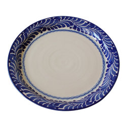 El Mar Serving Plate - Simply elegant, this generously sized plate will make your guests feel welcome with its cool blue tones and breezy pattern. It's just as comfortable loaded up with a pile of cookies or cupcakes as it is with a crown roast.