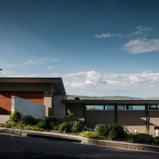 bourne blue architecture divides dudley residence along cliff