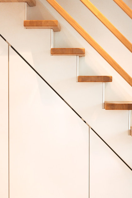 "modern staircase by Lisa Nieschlag ""Liz & Jewels"""