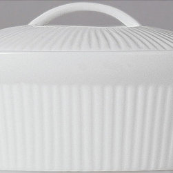 BergHOFF - Bianco Oval 8-inch Covered Casserole Dish - This oval-shaped casserole dish by Bianco is a much-needed addition to any bakeware collection. Constructed of durable porcelain with a glass-like finish,this covered casserole dish is heat resistant and nonabsorbent to ensure an abundance of flavors.