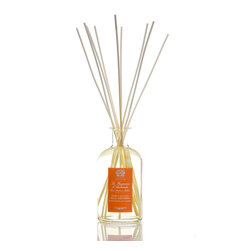 Orange Blossom, Lilac & Jasmine Diffuser 500 ml. - Luscious flowers with youthful, dreamy scents combine into a high-class, joyful perfumers' blend in the Orange Blossom, Lilac, and Jasmine Diffuser.� Hints of citrus juices pleasingly complicate the soft aromas of the three eponymous spring and summer blooms, while just a touch of vanilla musk adds sensual sophistication and lets the scent linger in your consideration.� A glass apothecary bottle offers the fragrance.