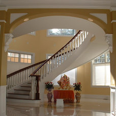 Traditional Entry by Happnie Homes