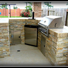 Traditional  by AARCON Construction and Remodeling