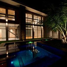 Modern Pool by CRFORMA DESIGN:BUILD